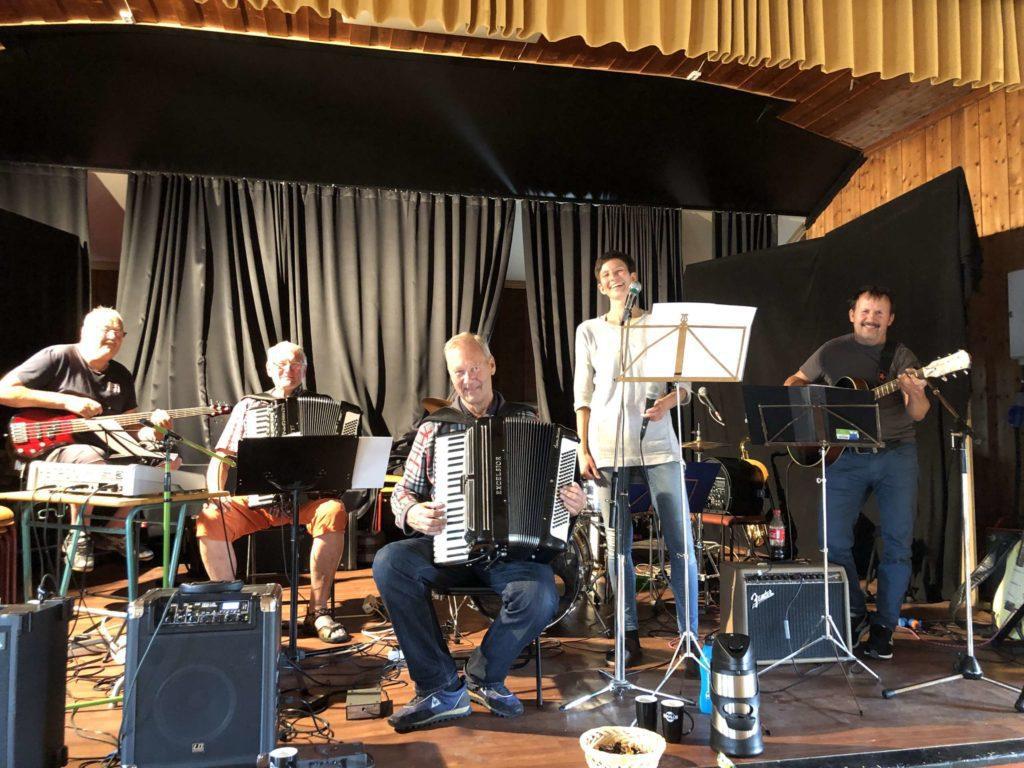 SOUNDCHECK: Varmer opp til kveldens fest. Bandet fra venstre Bård Opppegård, Ole Johnny Sandmoen, Kjell Wang, Trine F.Kazemba og Frank Nysveen.