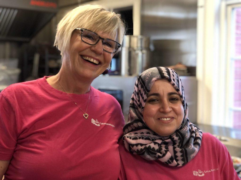 GODE KOLLEGAER: Hipp hurra for Rajaa, som har jobbet hos meg i 5 år, sier kafeeier Gerd Else Sletmoen. Foto: Marit Amundsen