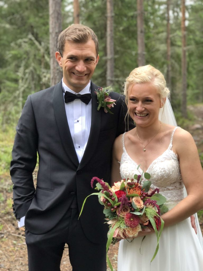 GRØNN SCENE: Brudeparet Annie og Audun Rud valgte naturen som kulisse for brudefotograferingen.