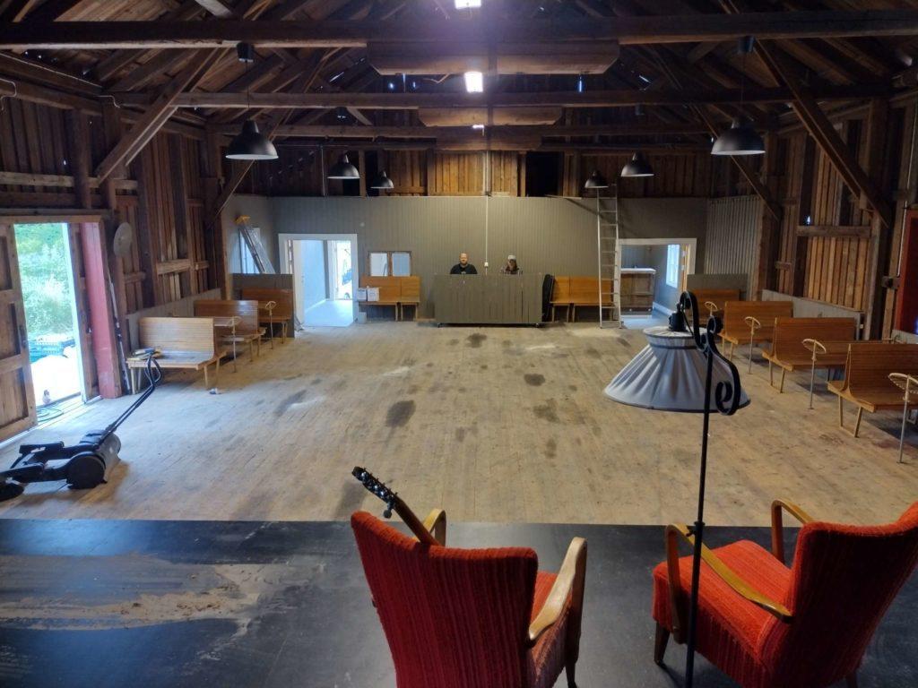 STORT LOKALE: Det blir god plass for publikum foran scenen. Lyd- og lysteknikere blir plassert bakerst i lokalet. Bjørn Flaaseth (t.v.) og Terje Olsrud prøvesitter plassen.