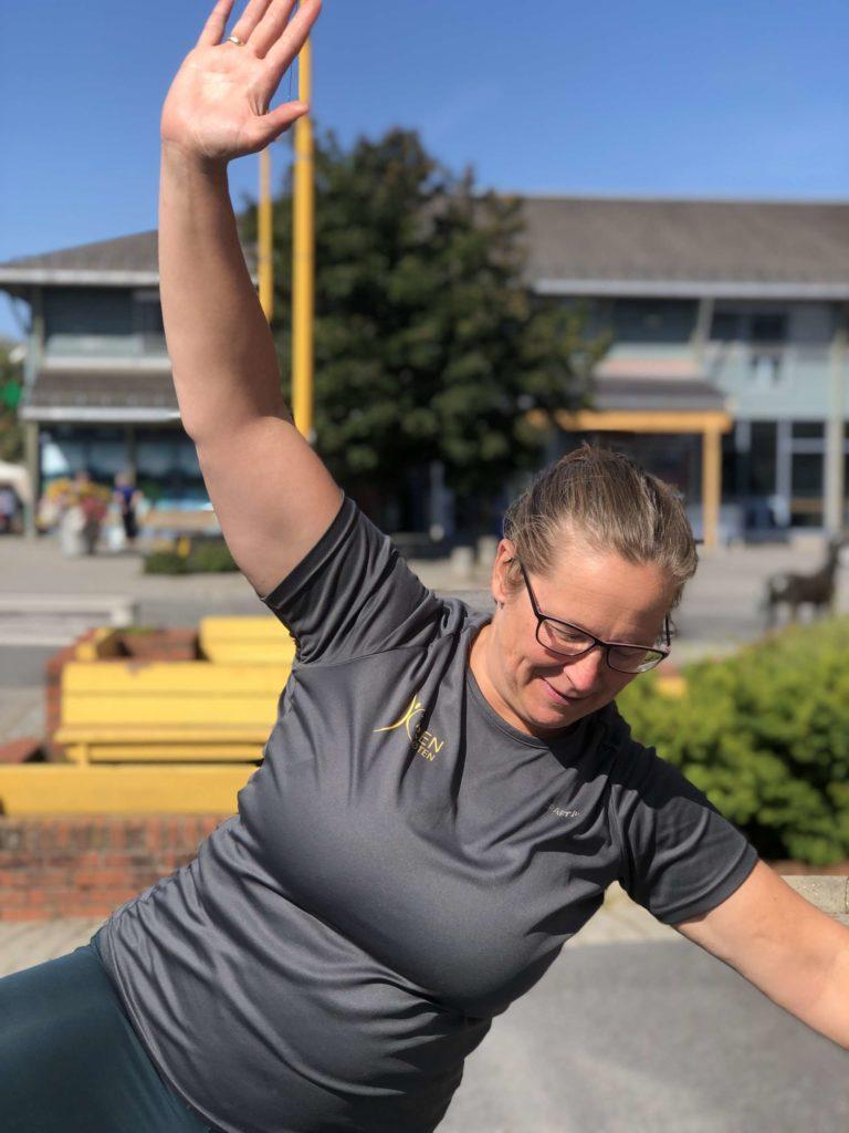 BALANSEKUNST: Yoga er bra trening for balansen. Og her mista jeg balansen Kjøs. Foto Marit Amundsen