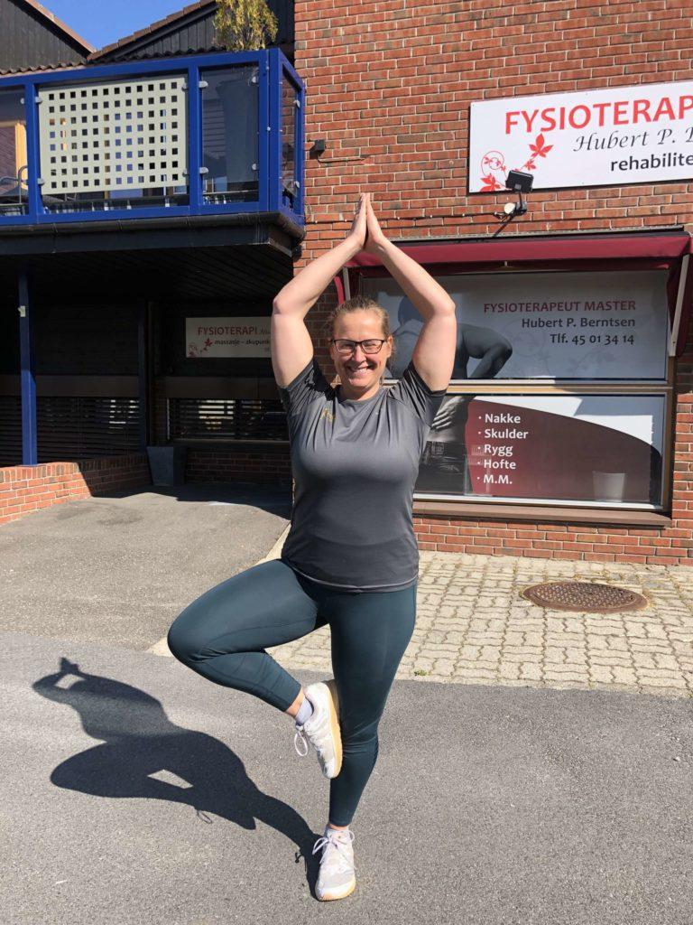 NYTT YOGASTUDIO ÅPNES: Kristin Kjøs på Tren Løten ønsker velkommen til nytt Yogastudio i andre etage i bygget til banken bak seg. FOTO: Marit Amundsen
