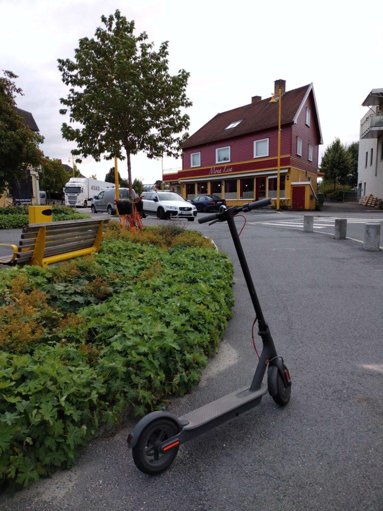 BARE PRIVATE ENNÅ: Foreløpig er det bare private eiere av EL-sparkesykler i Løten. Men i takt med at utleieselskapene vokser er det ikke utenkelig at mindre byer og tettsteder også får utleiesykler.