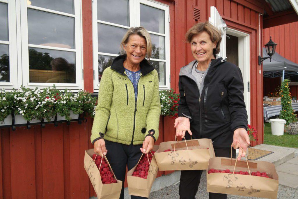 SELVPLUKK BRINGEBÆR: Nina Smidtsrød (56) og Kjersti Gundersen (63) har vært på selvplukk på Bringebærhagen.