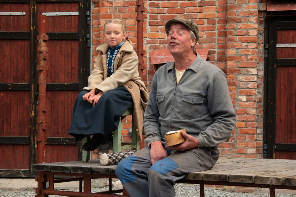 YNDIG SCENE: bestefarjenta kommer med mat til bestefar på fabrikken.