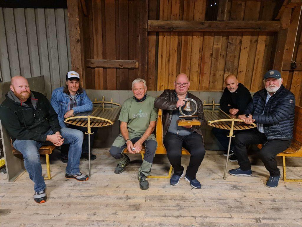 FIKK BJELLE: En jernbaneskinne festet på sviller, med jernbanehjul å bjelle, er en unik NSB-gave som Godshuset har fått fra Tankesmia. Her ser vi Bjørn Flaaseth (fra venstre), Terje Olsrud, Terje Eivind Torp, Knut Arne Søsveen, Sølve Fuglseth og Kåre Olav Wanderås.