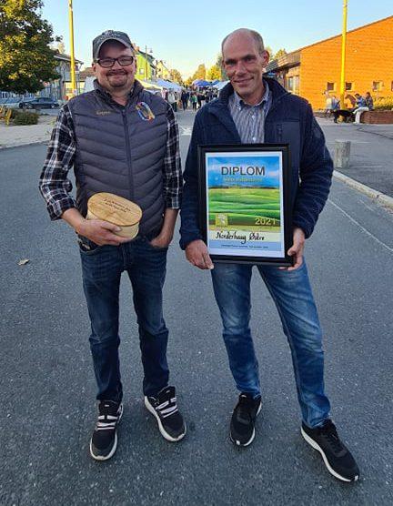 ÅRETS PULTOSTVENN: Årets Pultostvenn gikk til Norderhaug Østre. I tillegg til diplom fikk vinnerne en gravert ørse.