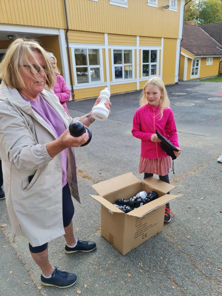 DELTE UT: Leder i Ådalsbruk Velforening, Katrine Aursand, kom med den spennende pakka til blant annet Berit Gurena Holøyen Skjærbakken som er elev ved Ådalsbruk skole.