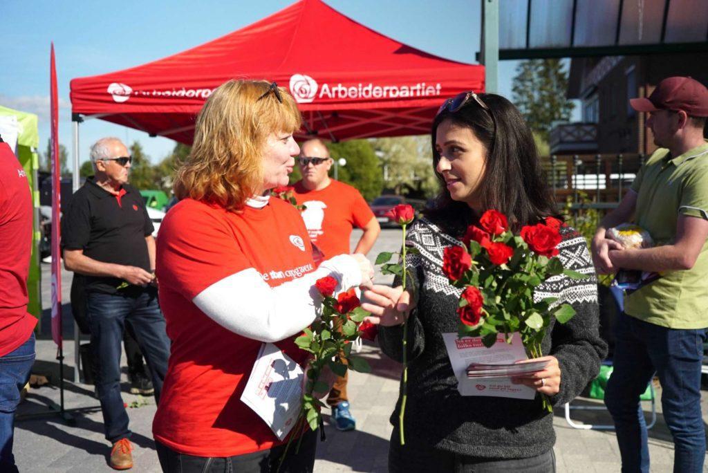 DELTE UT: Røde roser hører alltid med i valgkampen til Arbeiderpartiet. Det var det mange som fikk under Pultost- og Akevittdagene lørdag.