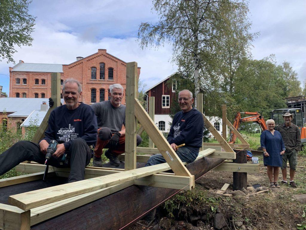 I SVING: Dugnadsfolkene i Hamar og Hedemarken Turistforening er her i full sving med ny bru. Her ser vi fra venstre Hans Kroglund, Thor Holager og Lars Lien.
