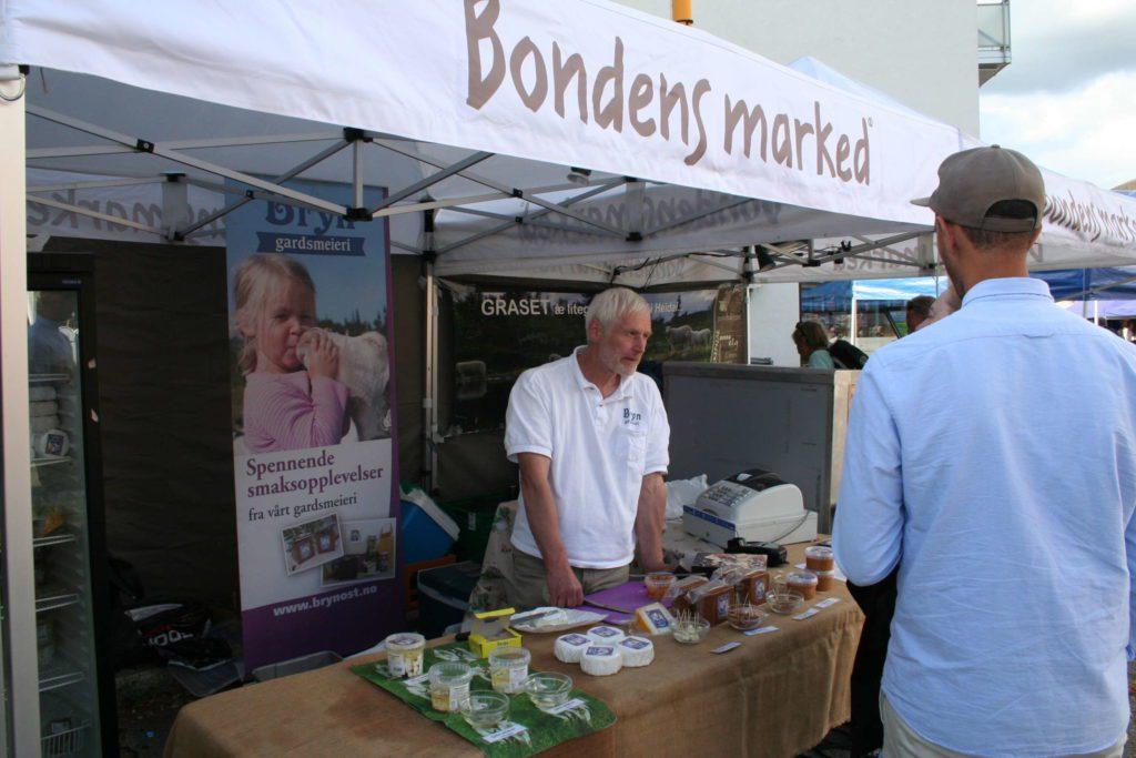 TRADISJON: Per Bryn fra Bryn Gårdsmeieri i Trysil har vært med på Bondens Marked helt siden markedet startet opp under Pultost- og akevittdagene. Han melder om bra salg i Løten disse dagene.