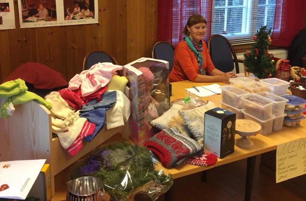 ÅPENT FOR ALLE: Både medlemmer av Løten husflidslag og ikkemedlemmer kan bli med på årets julemesse. Her ser vi Kirsten Nereng Bergseng fra en tidligere julemesse.