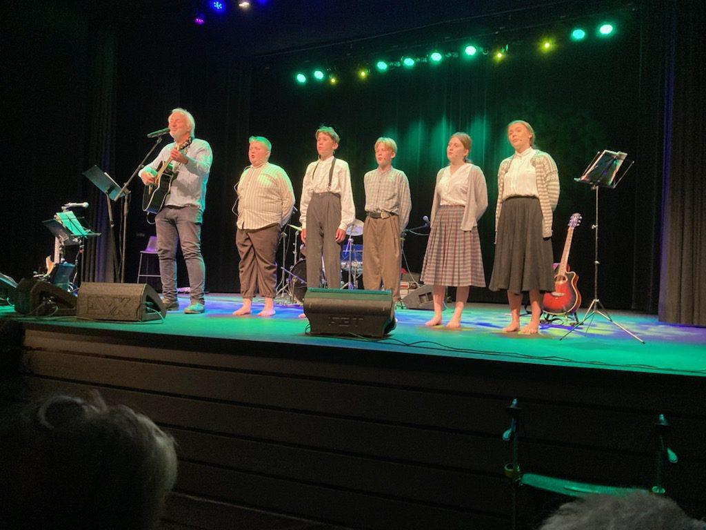 GODE MINNER: Tor Karseth fikk satt stemningen med sine viser fra «Unga på løkkja». Etter dette gikk det slag i slag på underholdningskvelden i Løten kino 22. september. Foto: Privat.