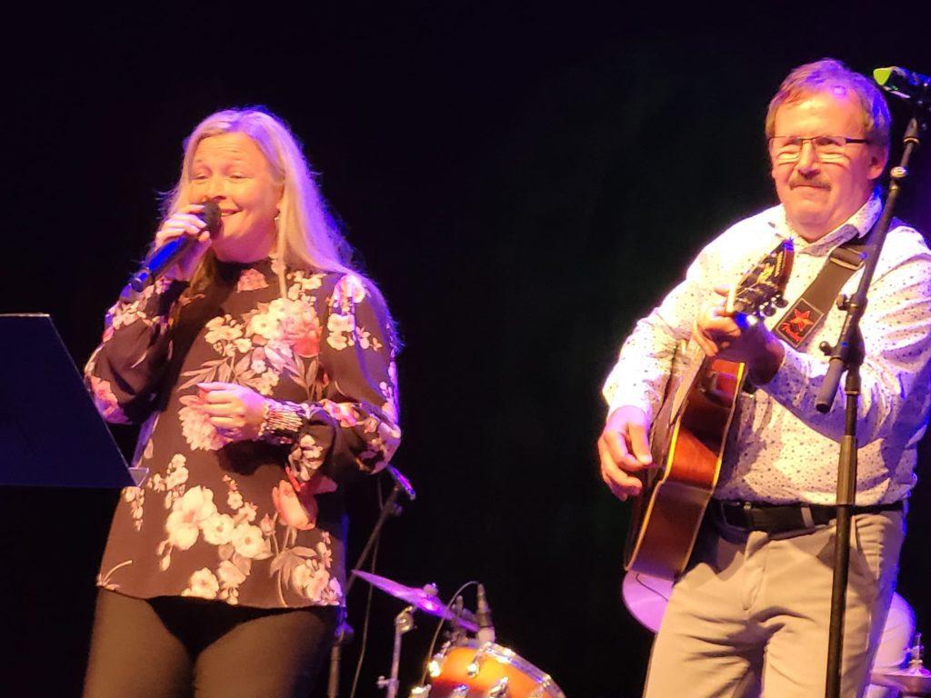 UNDERHOLDT: Sussan og Frank Nysveen var blant dem som spilte på underholdningskvelden. Foto: Privat.