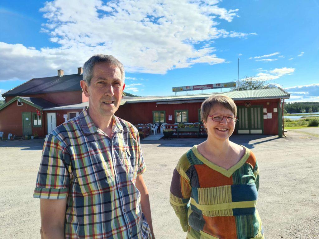 RUSTER OPP: Sævar Hansson og Valdis Brynjolsdottir løfter Rokosjøen camping tilbake til gammel prakt. Nå er festsalen nyopprustet, og kjøkkenet står for tur.
