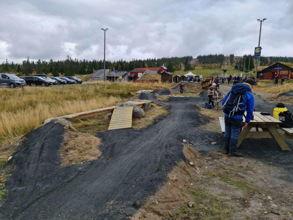 SYKKELLØYPE: Det er mange forskjellige muligheter og vanskelighetsgrader å bryne seg på i den nye sykkelparken på Budor.