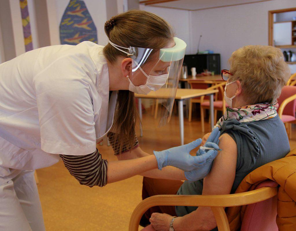 I MÅL: Løten er snart i mål med vaksinasjonsmålet. Her er det Stine Sønsterud Berg som setter en koronavaksine tidligere i år. Arkivfoto: Emilie Westli Andersen