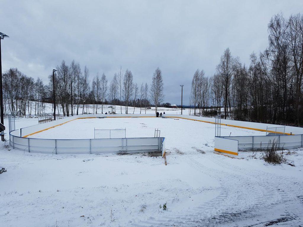 ENKLERE VEDLIKEHOLD: Ved hjelp av midler fra Sparebankstiftelsen Hedmark blir blant annet vedlikeholdet av hockeybanen i Brenneriroa enklere. Arkivfoto: Brenneriroa og omegn vel.