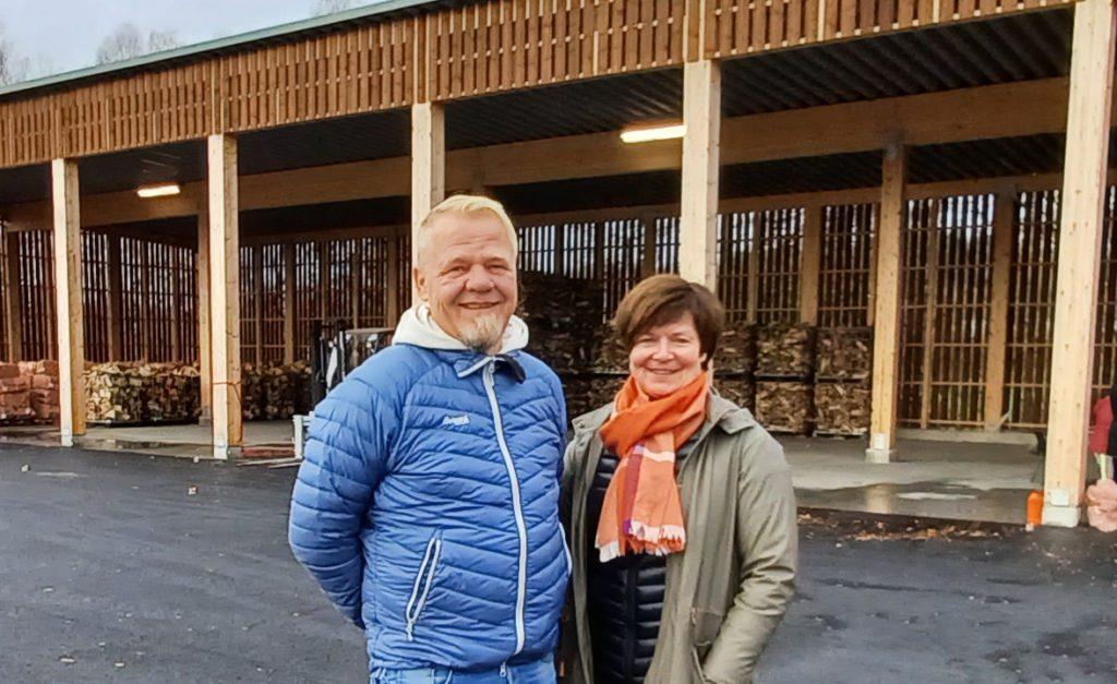 ØNSKET VELKOMMEN: Avdelingsleder Ragnhild Bekk og virksomhetsleder Geir Arne Nilsen ønsker her velkommen til Løten Virkes vedsentral.