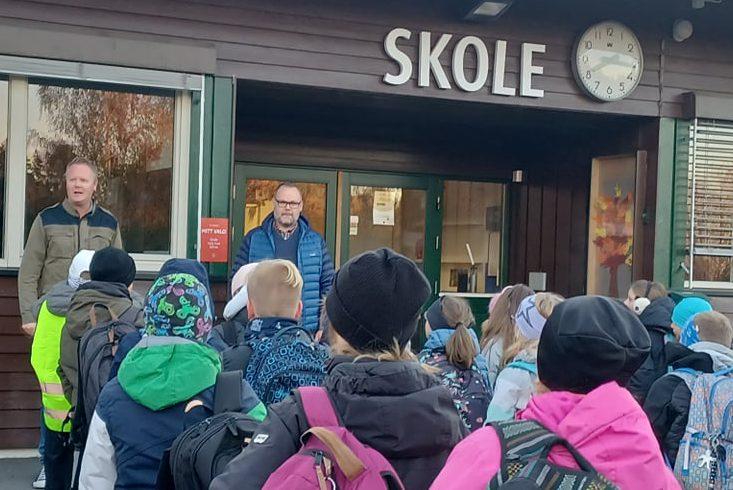 HILSTE PÅ ALLE: Anders Nybakken hadde mandag første dag som rektor på Lund skole, og hilste på alle klasser og elever. Her ved starten av skoledagen.