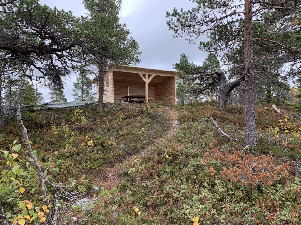 LIGGER FLOTT TIL: Etter turen til Savalsæterhøgda er det nå mulig å ta en pust i bakken i den nye flotte lavvoen. Foto: Margrete Ruud Skjeseth.